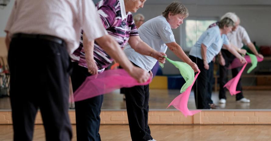 Auch für ältere Menschen, bei denen soziale Isolation und Einsamkeit Risikofaktoren für Suchterkrankungen sind, kann die Einbindung in die Gemeinschaft des Sportvereins ein wichtiger Schutzfaktor sein.