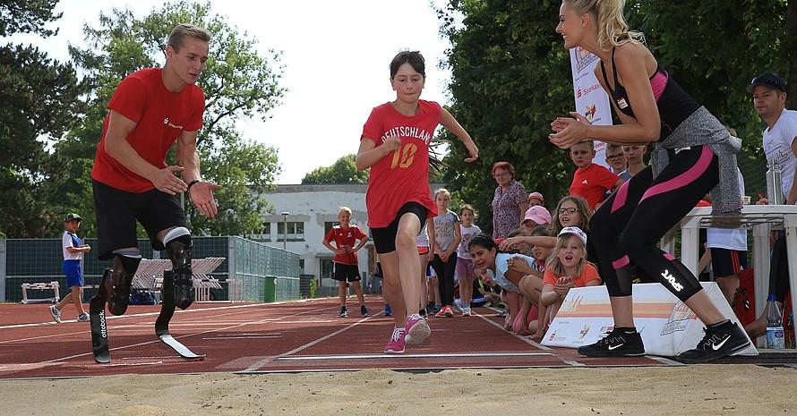 Paralympics-Sprinter Johannes Floors gab Tipps und stellte sich den Fragen der Kinder (Foto: Treudis Naß)