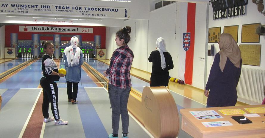 Teilnehmerinnen der Frauensportgruppe beim Kegeln