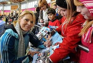 Gunda Niemann-Stirnemann nimmt sich für den interessierten Nachwuchs gerne Zeit. Copyright: picture-alliance