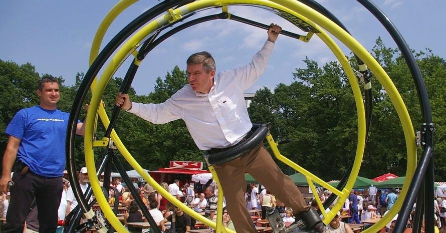 Der DOSB-Präsident hatte am 1. Juni in Berlin viel Lust auf Bewegung. Hier probiert Thomas Bach den Aerotrim, eines von vielen Festival-Highlights, aus. Fotos:Hansjürgen Wille