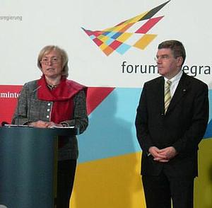 Prof. Dr. Maria Böhmer und DOSB-Präsident Dr. Thomas Bach bei einer Anhörung zum Thema Integration.