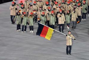 Fahnenträger Eric Frenzel führt Team Deutschland ins Olympiastadion von PyeongChang Foto: Picture Alliance