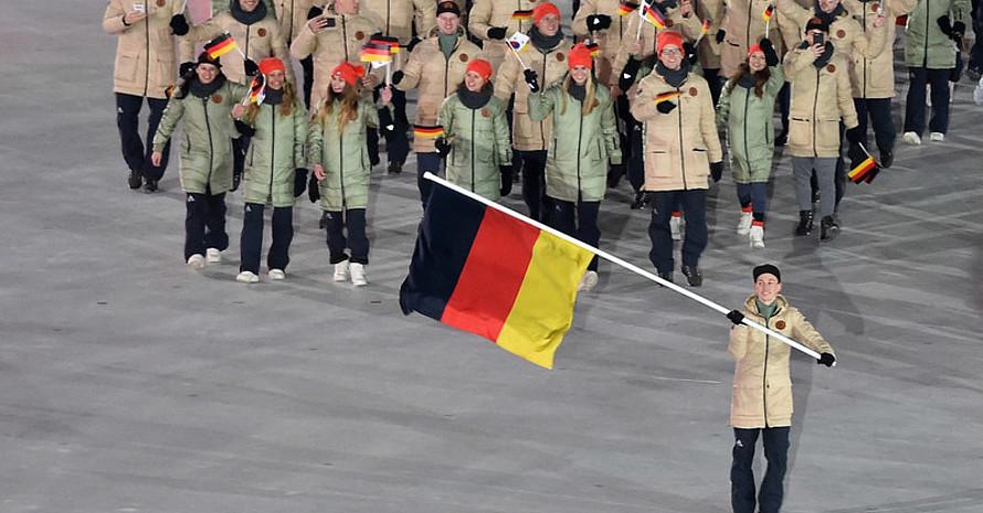 Das Team Deutschland mit Fahnenträger Eric Frenzel bei der Eröffnung. Foto: picture-alliance