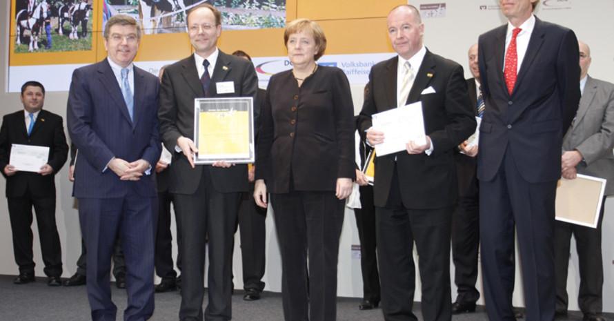 DOSB-Präsident Dr. Thomas Bach, Vereinsvorsitzender Dr. Volker Schultz, Bundeskanzlerin Angela Merkel, Karl-Heinz Siegel von der Volksbank Darmstadt und Präsident der Bundesverbandes VR Dr. Christoph Pleister (v.l) bei der Siegerehrung.