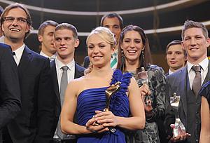 Die geehrten Sportler des Jahres 2011, Jürgen Klopp, Sven Bender, Magdalena Neuner, Andrea Petkovic und Bastian Schweinsteiger (v.l.) mit ihren Trophäen. Foto: picture-alliance