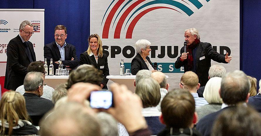 In der Talkrunde wurde eifrig diskutiert, was Hessens Innen- und Sportminister Beuth vorher in seiner Rede vortrug.