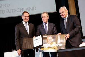 DOSB-Präsident Alfons Hörmann und Laudator Walter Schneeloch gratulieren Franz Müntefering zur Auszeichnung mit dem Preis Pro Ehrenamt des DOSB. Foto: DOSB / Ulla Burghardt