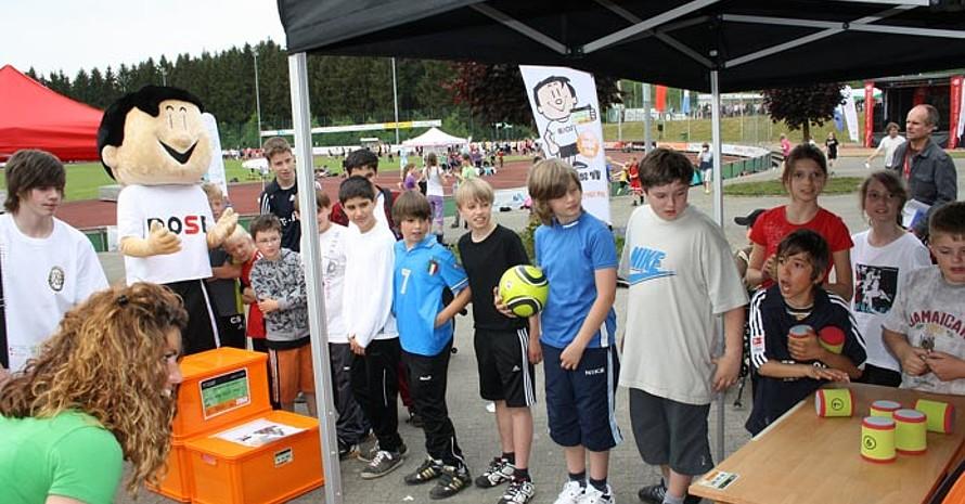Andrang beim Büchsenwerfen  (Foto: Deutscher Sportausweis)