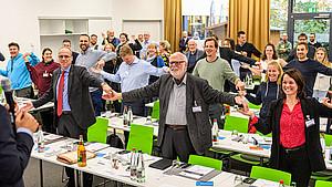 Teilnehmer*innen der Fachkonferenz bei einer bewegten Pause. Foto: dsj
