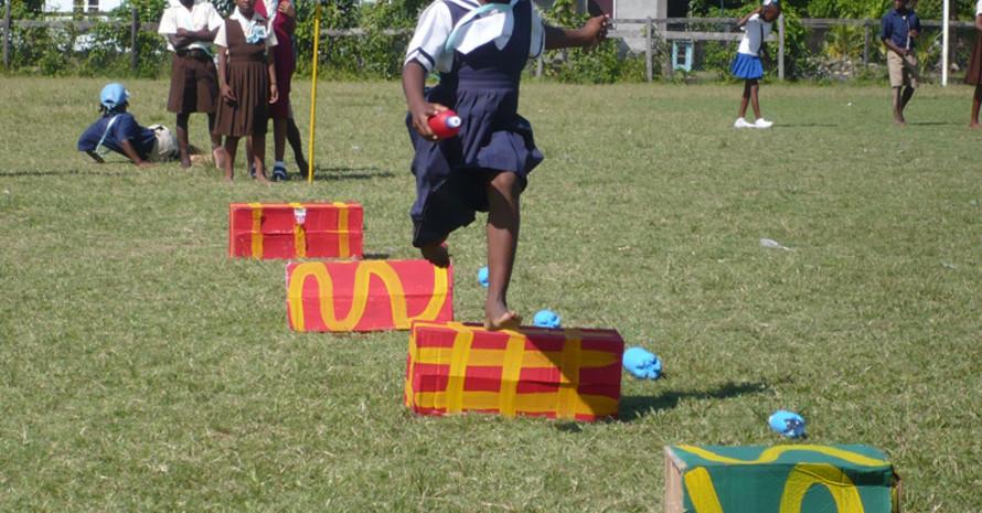 Kinder beim Leichtathletik-Spielfest in New Amsterdam. Foto: Uwe Wenzel