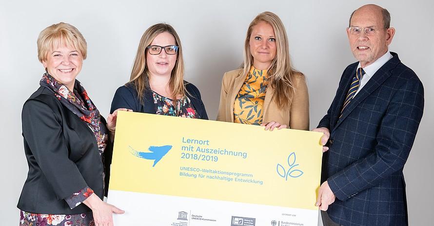 Lisa Druba und  Katharina Morlang (mitte, v.li.) nehmen die Auszeichnung von Kornelia Haugg (BMBF) und Walter Hirche (DUK) entgegen. Foto: DUK/Thomas Müller