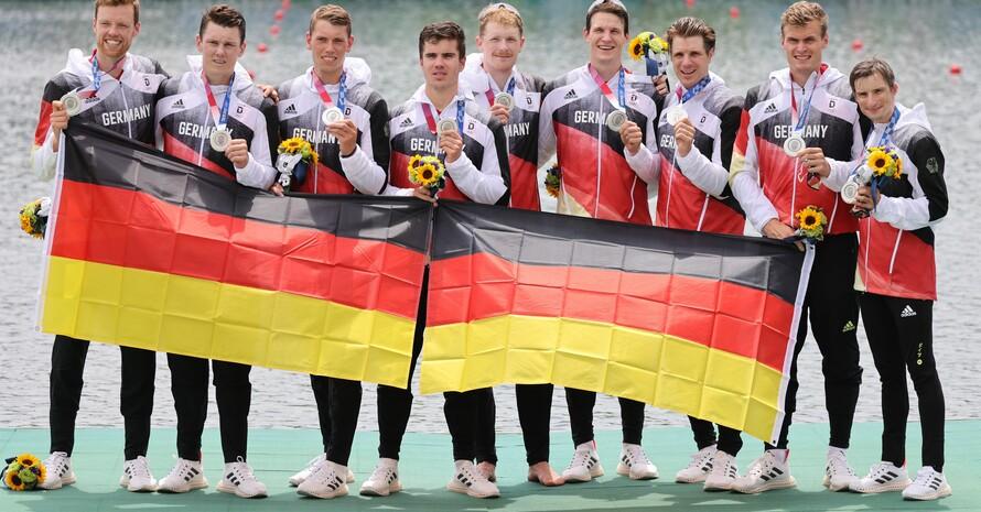 Bei der Siegerehrung waren die starken Recken des Deutschland-Achters wieder gut gelaunt und glücklich über die gewonnene Silbermedaille. Foto. picture-alliance