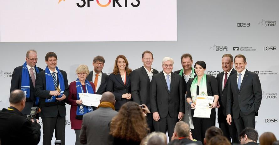 """Bundespräsident Frank-Walter Steinmeier freut sich bei der Verleihung """"Sterne des Sports 2018"""" mit den Gewinnern. Foto: picture-alliance"""