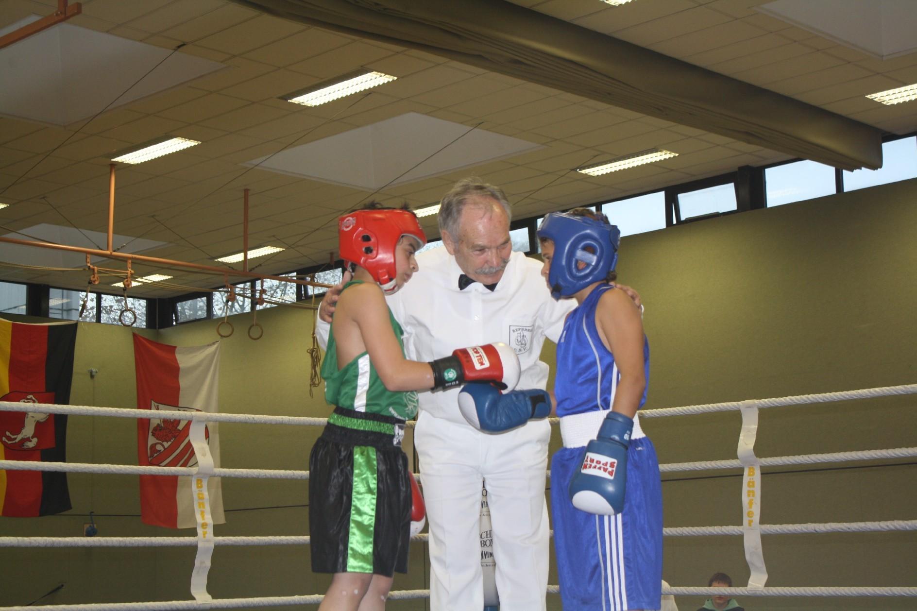 I. Berisha (TV Papenburg), M. Scholz (Ringrichter), M. Mansur (BC Nordend Offenbach)