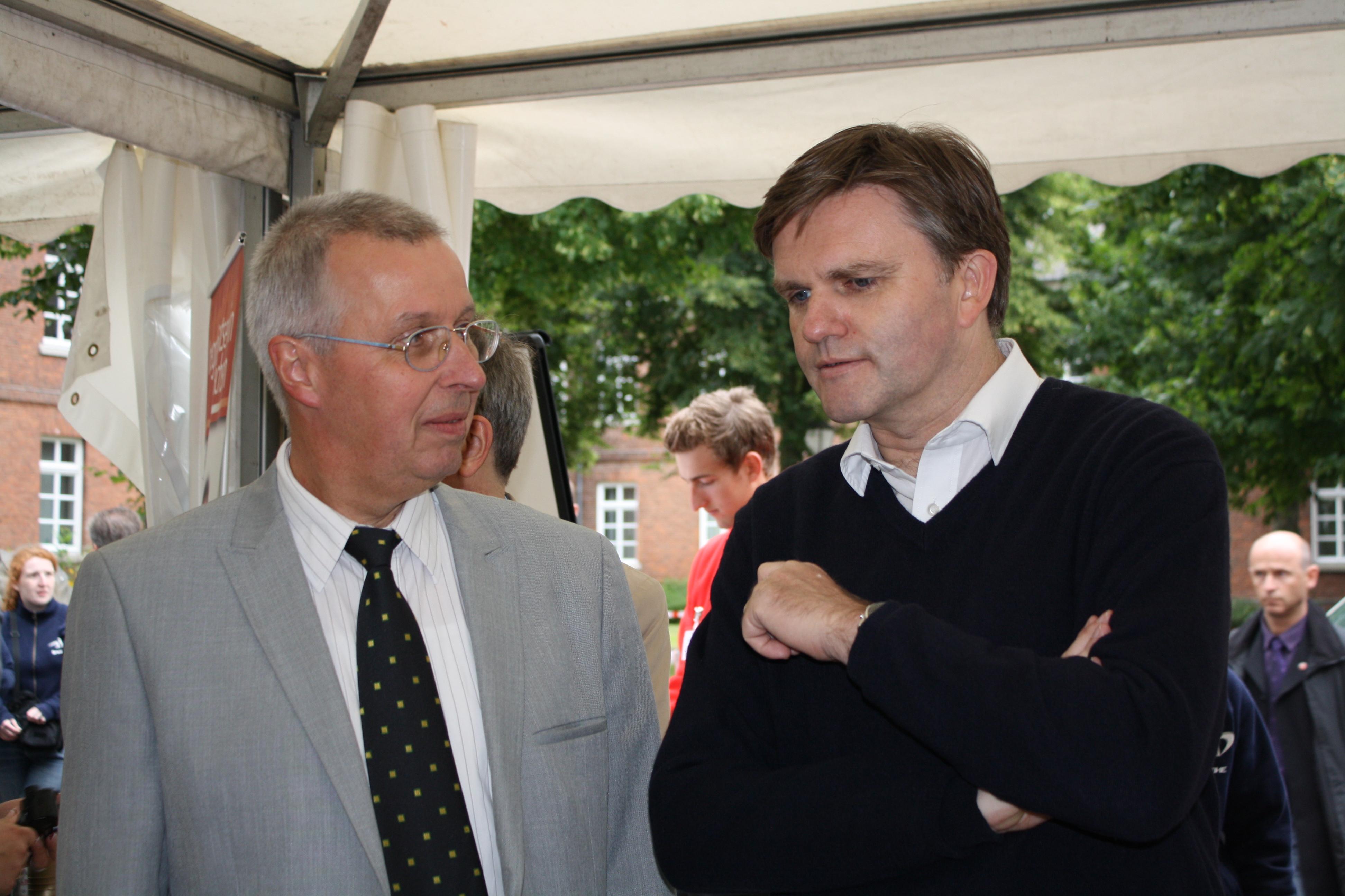 LSB-Geschäftsführer Karl-Heinz Steinmann und der Niedersächsische Innenminister Uwe Schünemann