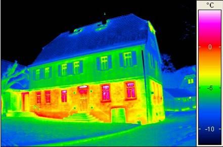 Thermogramm des Herrenhauses zeigt Bereiche mit höherem Wärmeverlust (copyright: DGV)