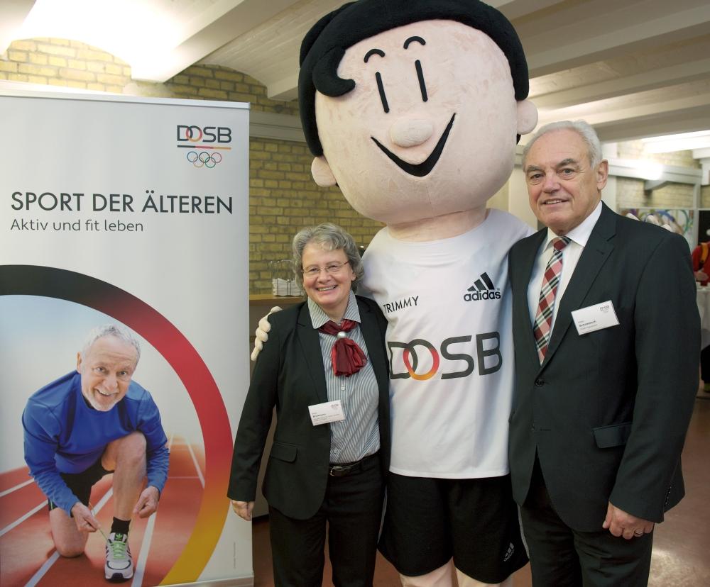 Beate Brinkmann (BMFSFJ) und  Walter Schneeloch (DOSB Vizepräsident) mit Trimmy, (Foto: ©E. Thonfeld)