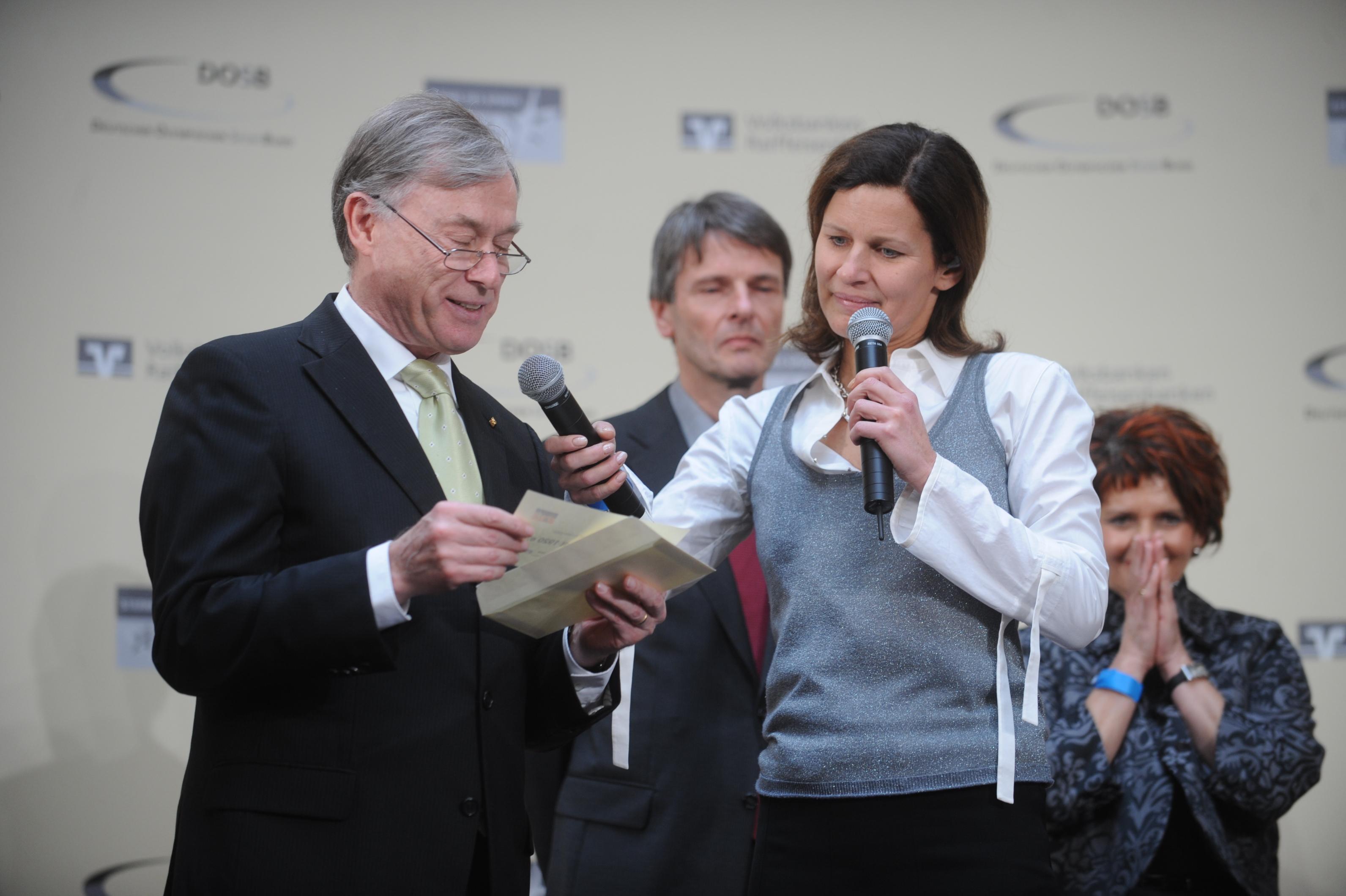 Bundespräsident Horst Köhler und DOSB-Präsident Thomas Bach mit dem Vertreter der VR Bank Saaepfalz und der 1. Vorsitzenden des TV Altstadt Stephanie Deutscher.