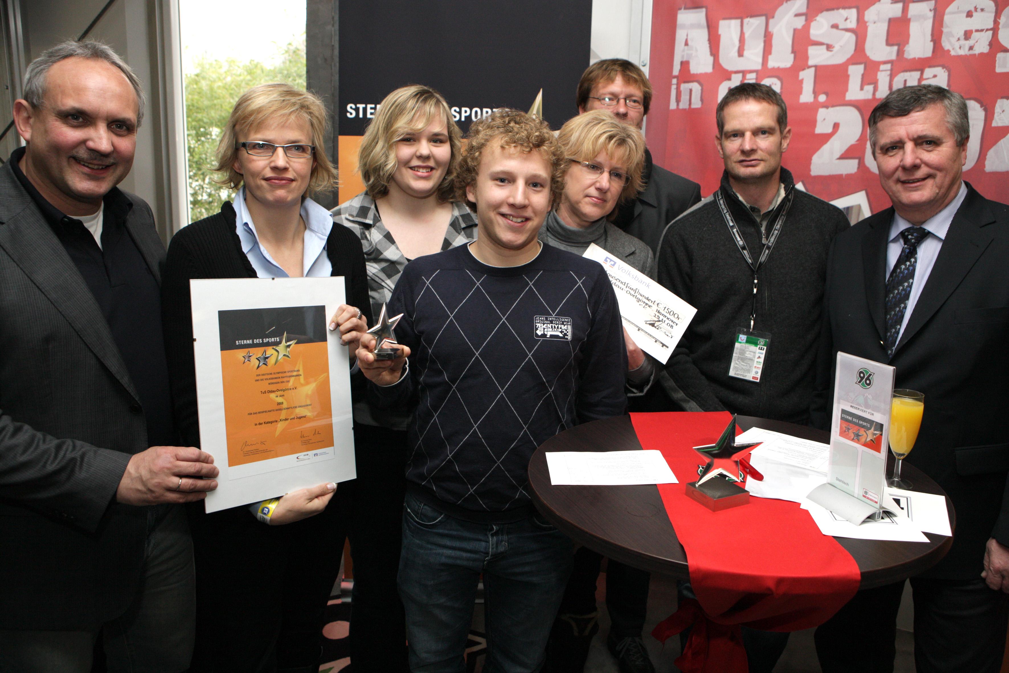 Die Preisträger bei Hannover 96 (Quelle: Volksbank Südheide eG)