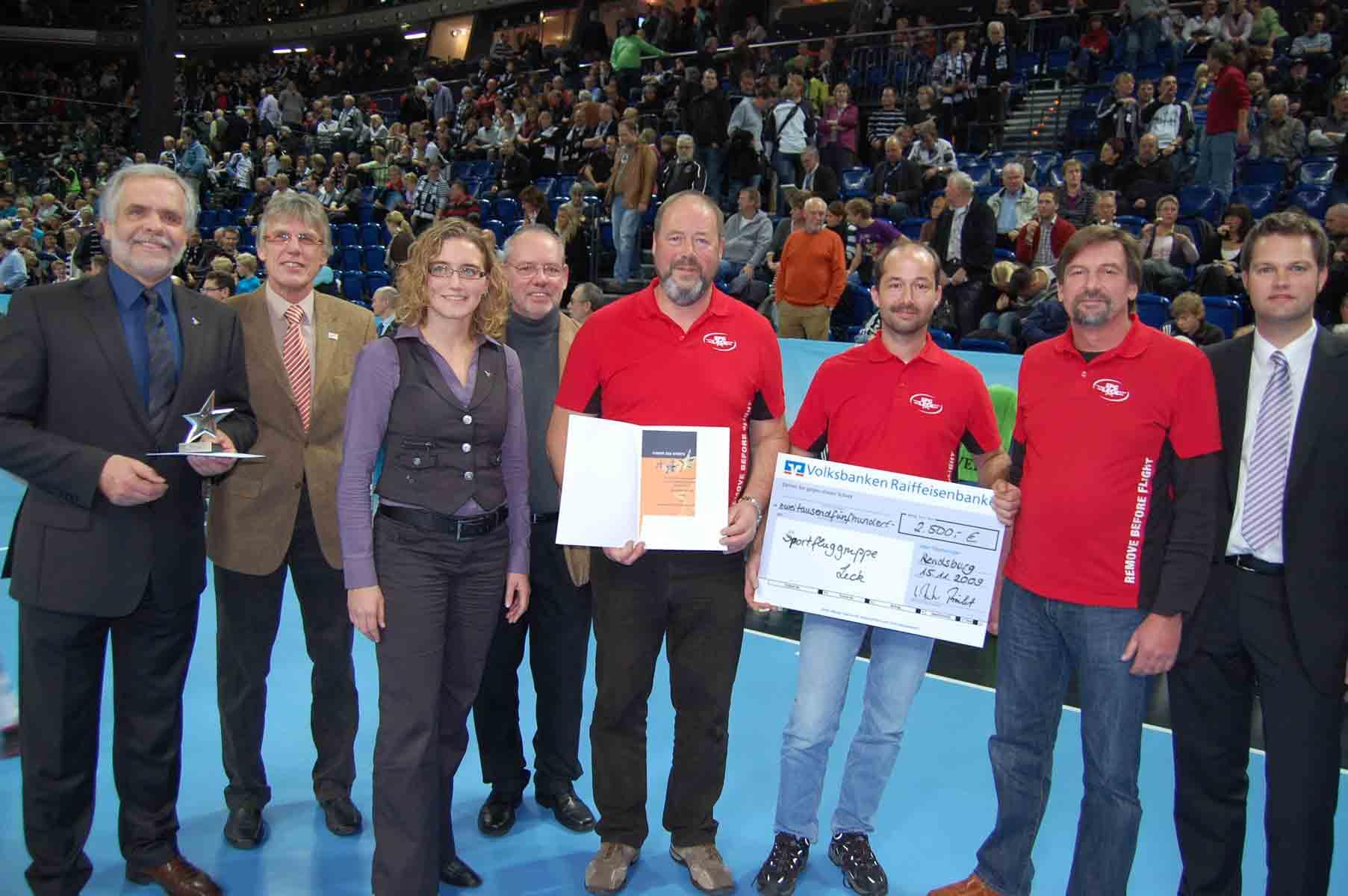 v.l.:Klaus Sievers (VR Bank Niebüll), Sönke-Peter Hansen (LSV), Tanja Bliesmann (VR Bank Niebüll), Hans-Jürgen Fröhlich (KSV), Harald Mikkelsen, Christian Scheel, Udo Peschel (alle Sportfluggruppe Leck), Sven Jensen (VR Bank Husum). (Quelle: VR Bank Husum)