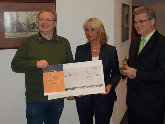 Bank-Vorstand Elgin Stündel mit Thomas Schweder und Udo Hintze vom Handballverein 94 e.V. (Foto: N.Koepcke)