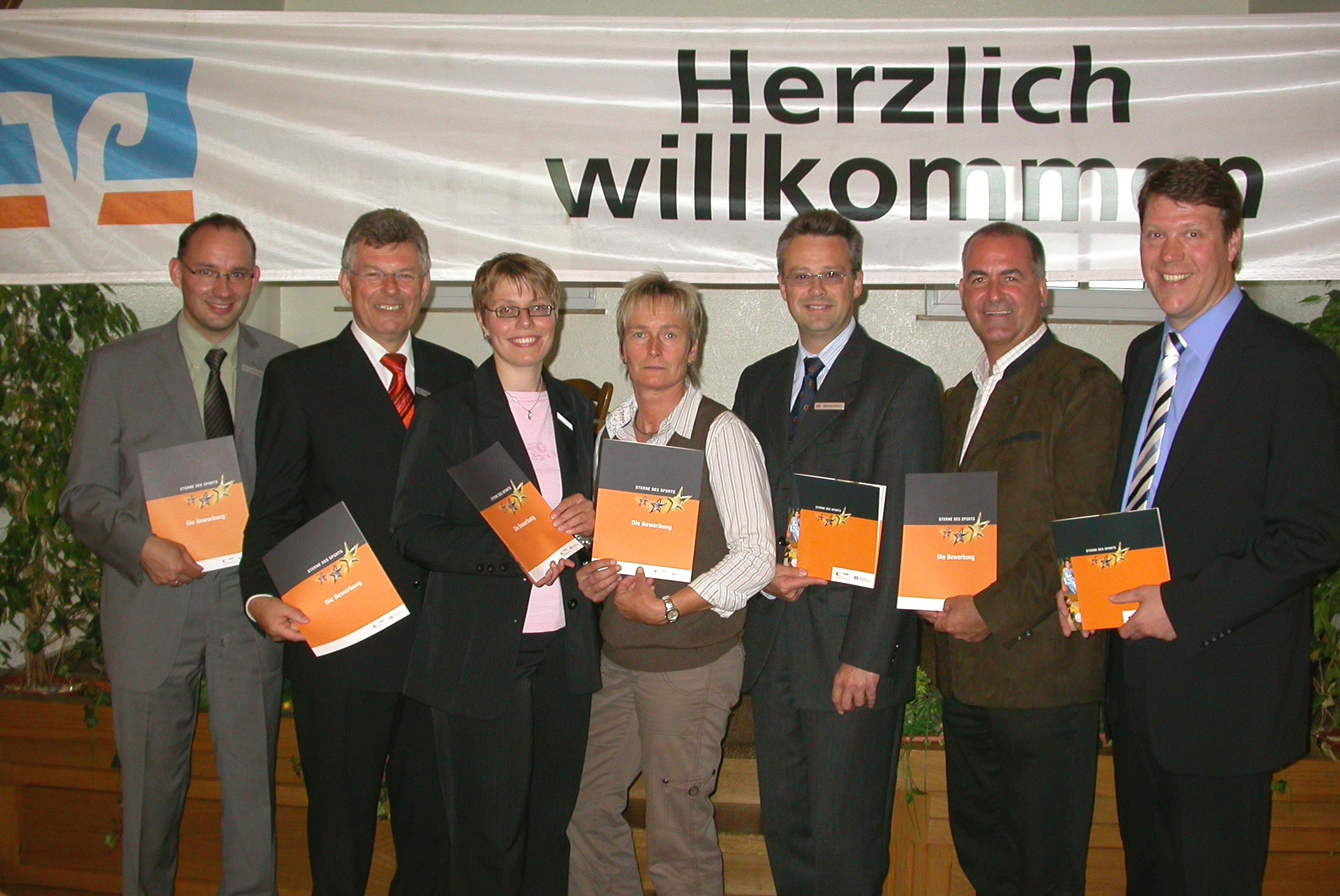 Die Vertreter der Volksbanken und des Kreissportbundes wollen sich für den Wettbewerb stark machen (von links):Sascha Ringe (Osterholz), Herbert Tietjen (Gnarrenburg), Karin Frese (Sottrum), Hella Rosenbrock (KSB), Matthias Dittrich (Sottrum) Werner Hölldobler (KSB) und Uwe Schradick (Zeven)