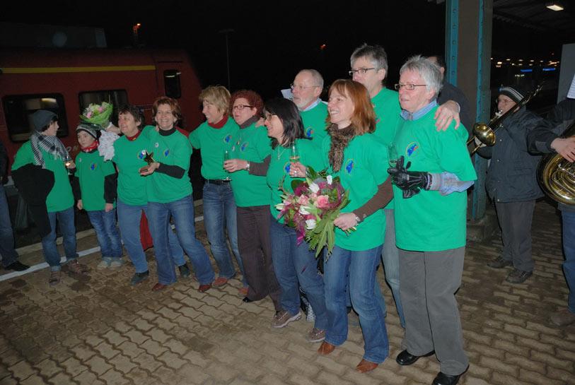Stephanie Deutscher und die anderen Vereinsmitglieder vom TV Altstadt werden bei ihrer Ankunft zuhause als Bundessieger 2008 gefeiert.