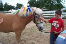 Beim Ponyschmückwettbewerb strengen sich alle an (Quelle: Uckermaerker Pferdesportverein e.V.)
