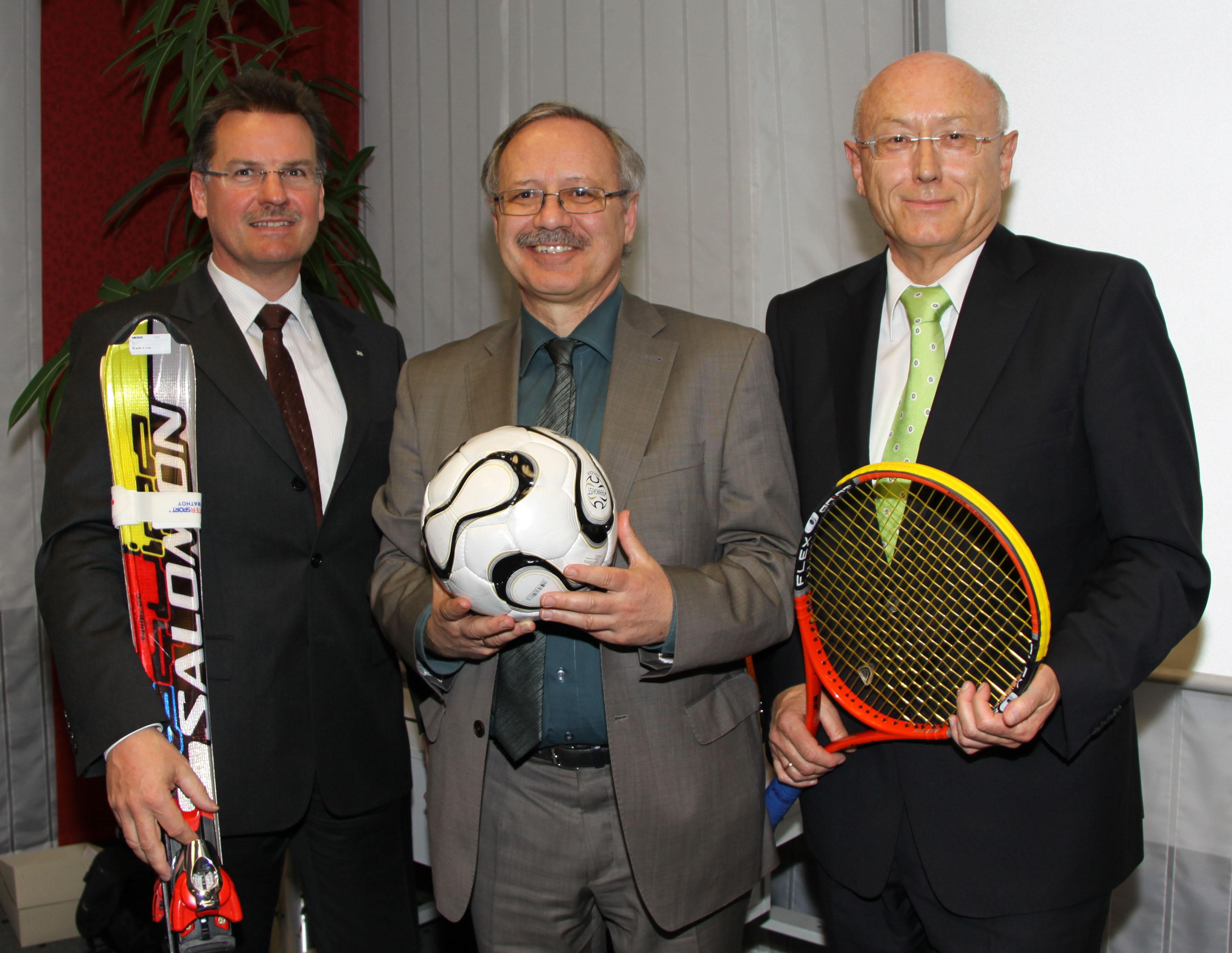 von links: Otto Wengenmeyer, Vorstandsvorsitzender der Raiffeisenbank Krumbach eG, Landrat Hubert Hafner und Helmut Atzkern, Vorstandsvorsitzender der Raiffeisenbank Thannhausen eG