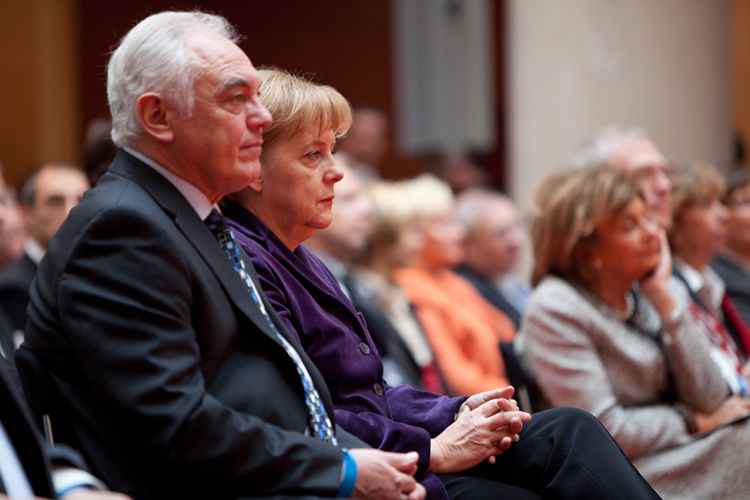 """Walter Schneeloch mit Bundeskanzlerin Angela Merkel bei den """"Sternen des Sports"""" in Gold 2009"""