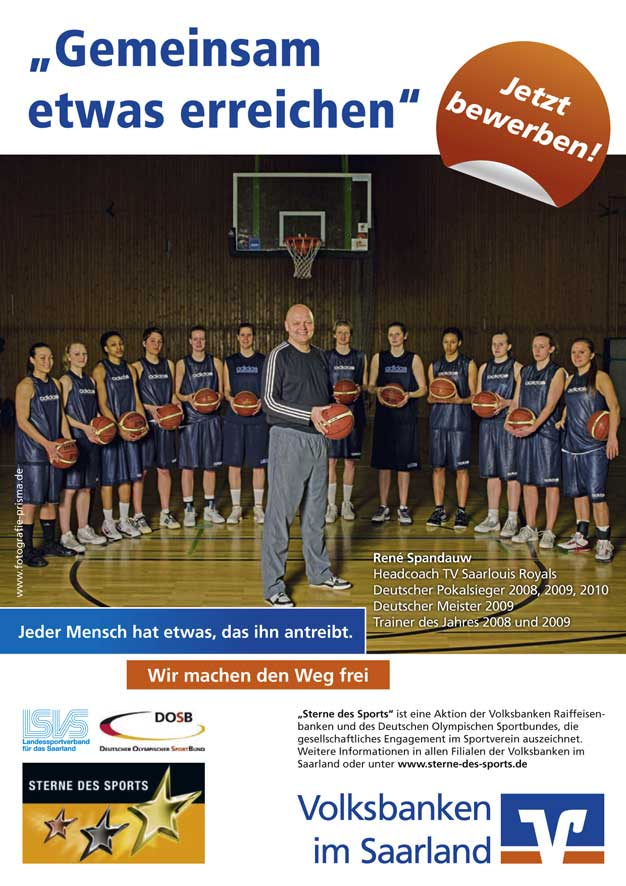 """René Spandauw und die Basketballdamen vom TV Saarlouis Royals werben für die """"Sterne des Sports"""" (Copyright: Agentur Becker & Bredel)"""