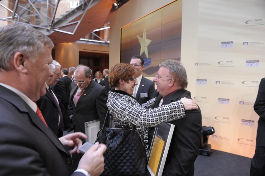 """Die Sportministerin des Saarlandes A. Kramp-Karrenbauer gratuliert Klaus Wehowsky vom PSV Saar e.V. zum """"""""Großen Stern des Sports"""""""" in Gold 2009 (Foto: Klaus Bienert)"""