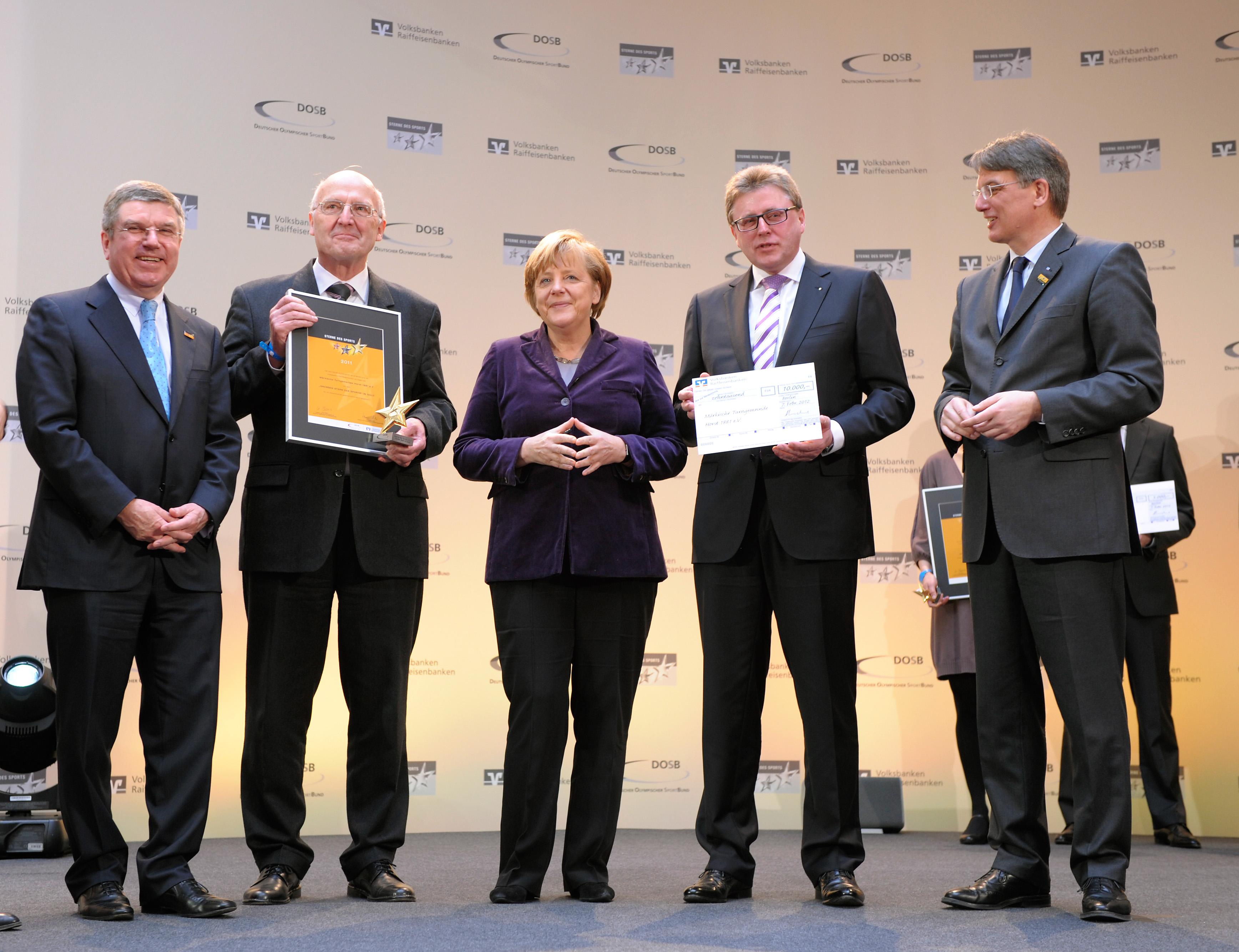 v.l. DOSB-Präsident Thomas Bach, Gerhard Kämpkes (Vereinsvorsitzender MTG Horst), Bundeskanzlerin Angela Merkel, Heinz-Georg Anschott (Vorstandsvorsitzender GENO BANK ESSEN eG) und BVR-Präsident Uwe Fröhlich