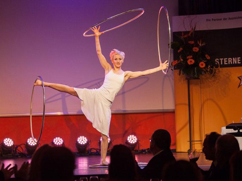 Andrea Engler brachte das Publikum mit Hula-Hoop-Akrobatik zum Staunen. (Foto: Christian Strohmayr)