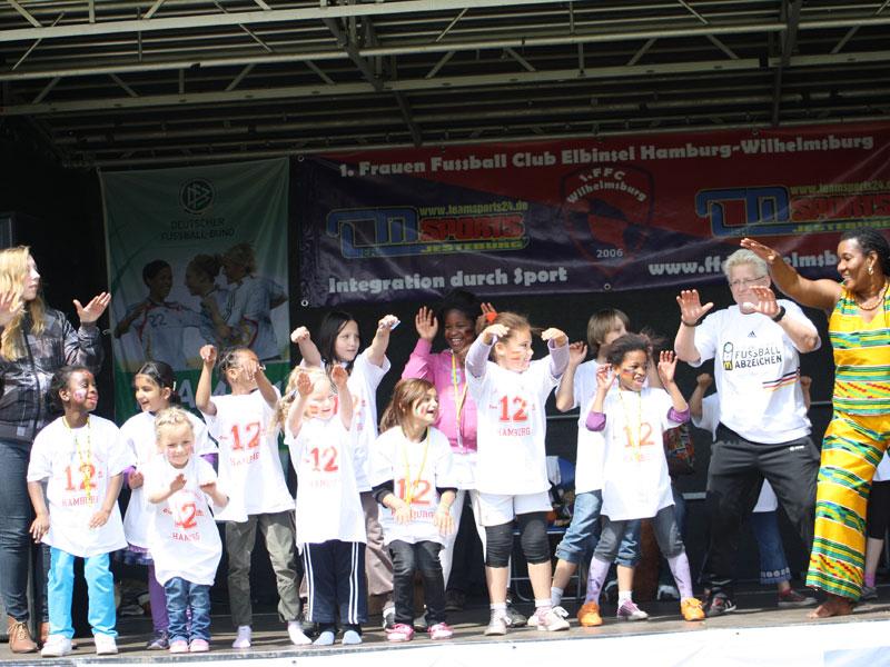 """Am Tag des """"Mädchenfußballs 2012"""" tanzen Teilnehmerinnen der afrikanischen Gruppe """"African Dance and Rhythm"""" vom 1. FCC Wilhelmsburg. (Quelle: 1. FCC Wilhelmsburg)"""
