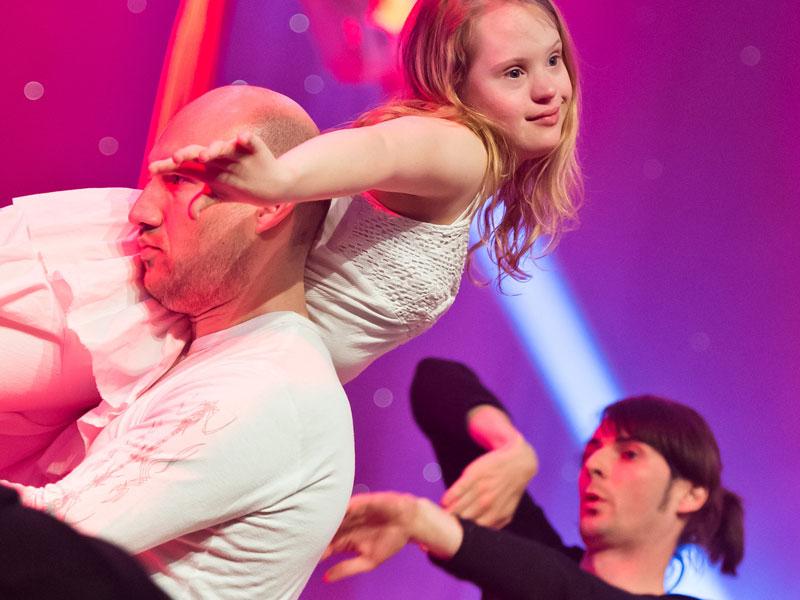 """Bei """"Bühne für Helden"""" treten Künstler mit und ohne Handicap gemeinsam auf. Hier die tanzbar Bremen mit Vertikaltuchartistin Dominika Vetter bei der Sportgala im April 2012. (Foto: Jan Rathke)"""