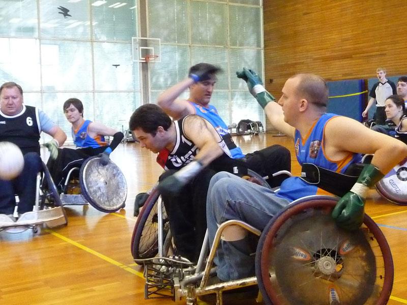 """""""Für Johannes Hund (vorne rechts) war Rollstuhlrugby die Chance, sich nach seiner Querschnittlähmung wieder ins Leben zurück zu kämpfen. (Foto: Franz Hund)"""