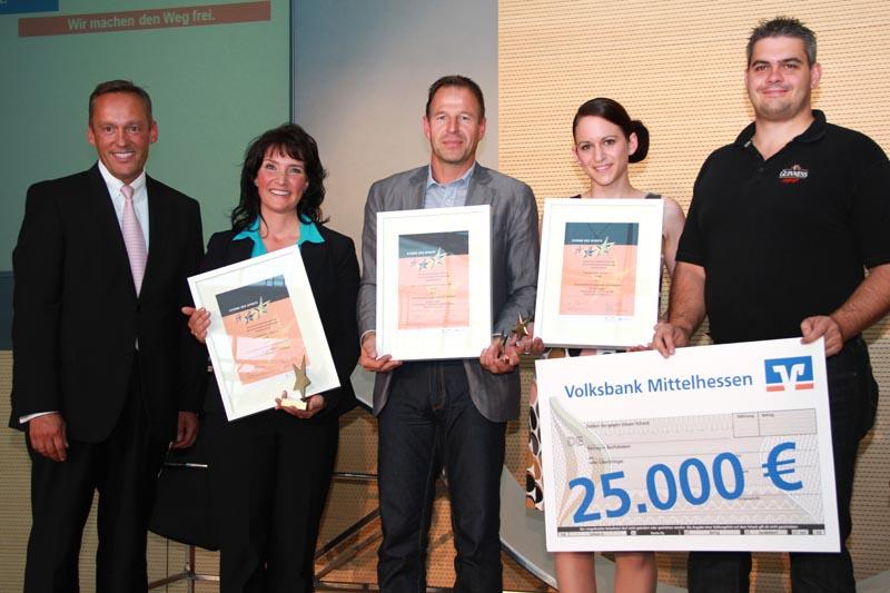 v.l.n.r.: Dr. Peter Hanker (Vorstandssprecher der Volksbank Mittelhessen eG), Nadja Lins (magic-SPORTKIDS e.V.- 1. Platz), Matthias Kißner (Kultur-und Sportverein Klein-Karben 1890 e.V.- 3. Platz), Elena Fabel und Christian Lehmann (Tanzsportclub Niddatal e.V.-2. Platz) Foto: Volksbank Mittelhessen