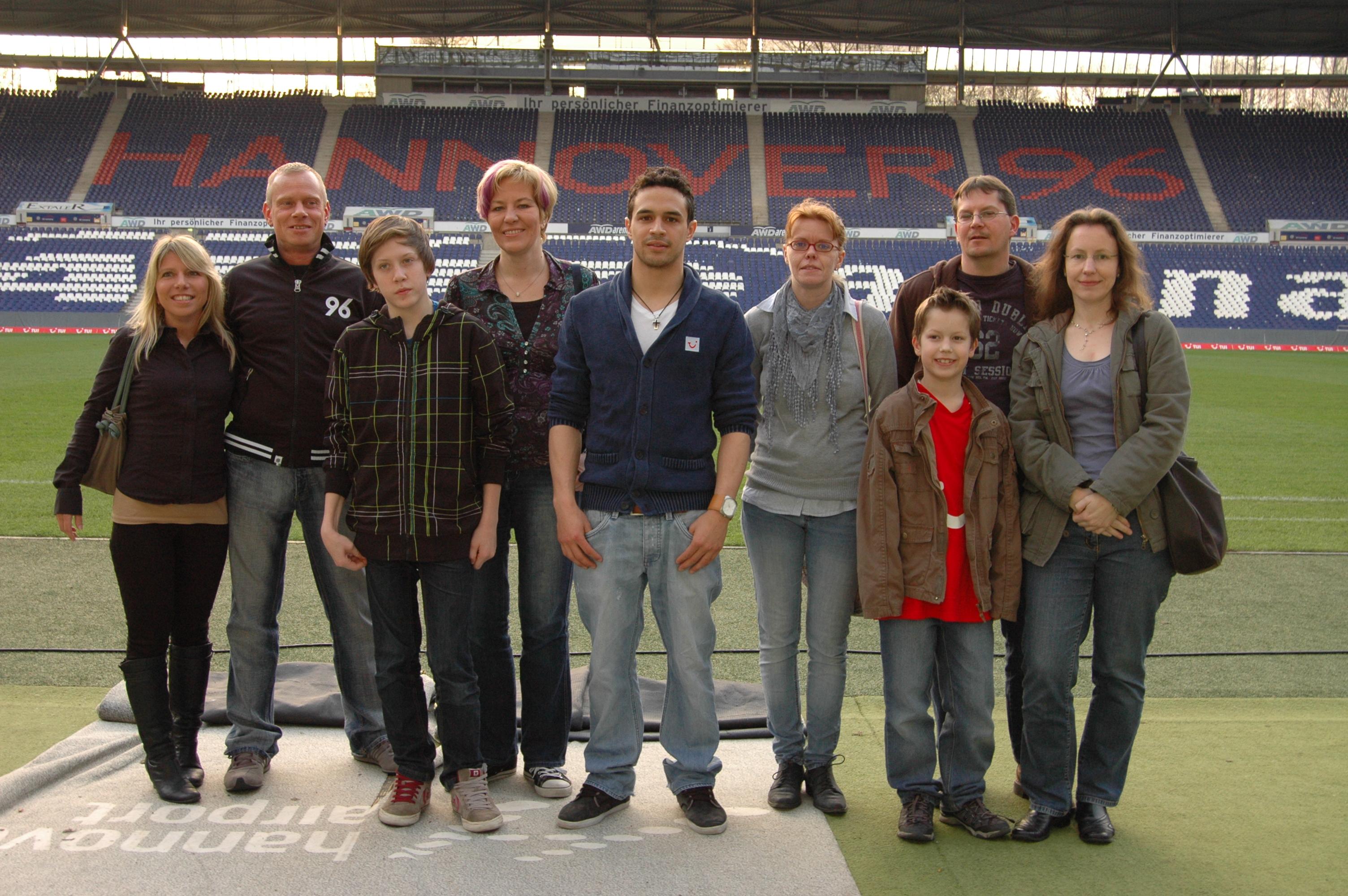 """Die Gewinner der """"Meet & Greet""""-Aktion auf facebook mit Manuel Schmiedebach von Hannover 96 (Foto: Hannoversche Volksbank eG)"""