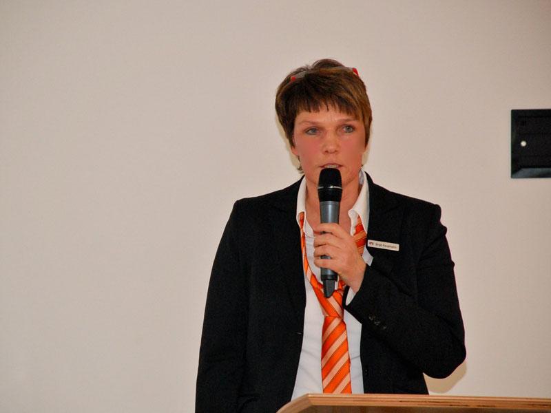 """Birgit Kaupmann beantwortet gerne alle Fragen rund um den Wettbewerb. (Foto: Volksbank Mindener Land eG)"""""""