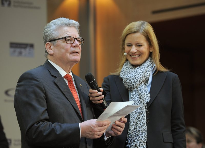 """Bundespräsident Joachim Gauck verkündet in das Mikrofon von Moderatorin Kathrin Müller-Hohenstein den Siegerverein SV Eintracht Hannover bei der Preisverleihung """"Großer Stern des Sports"""" in Gold am 29.1.2013 in Berlin. Foto: Kai Bienert"""