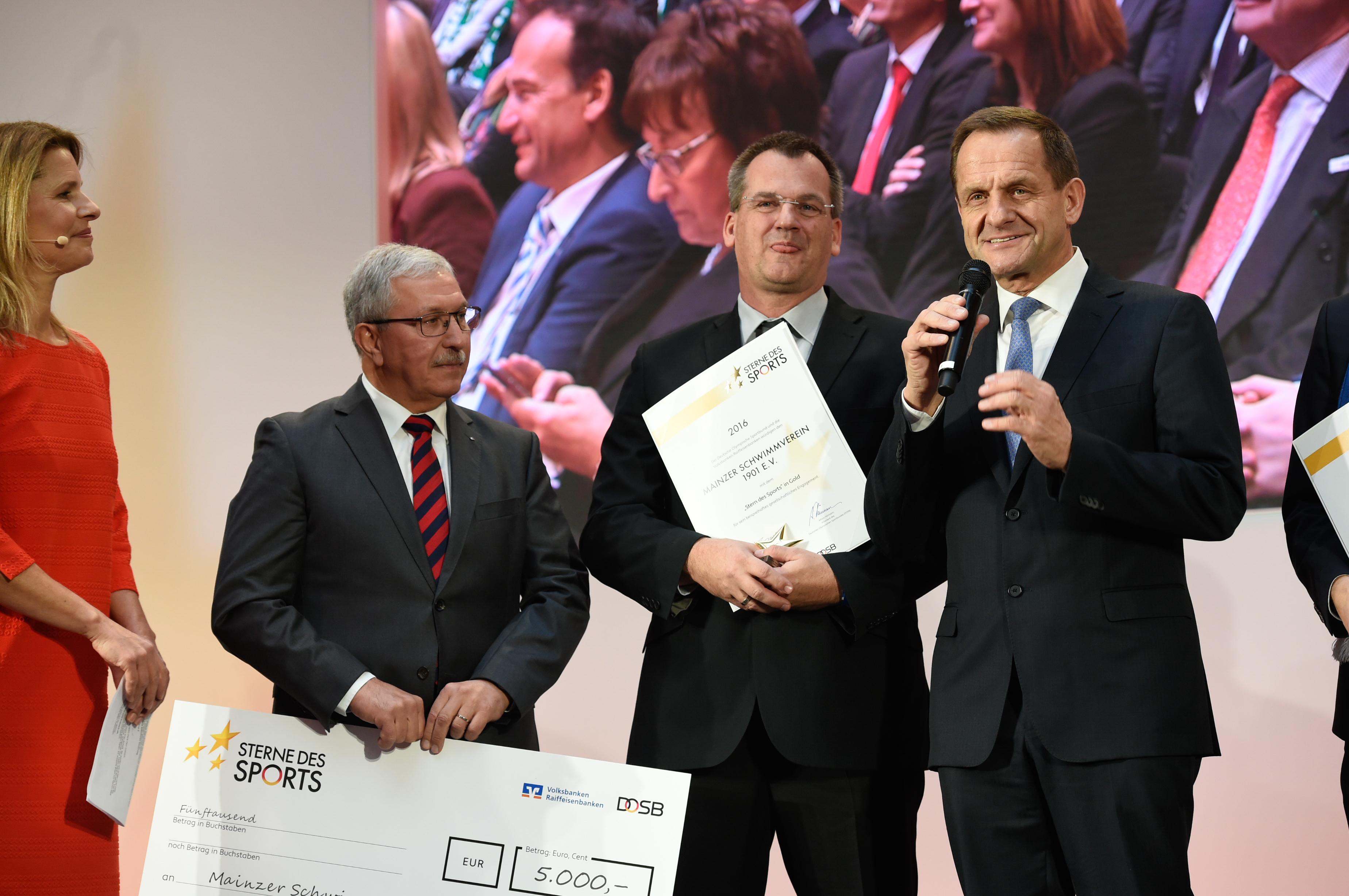 Mainzer Schwimmverein 1901 e.V. gewinnt den dritten Preis (v.li.): Moderatorin Katrin Müller-Hohenstein, Armin Bork (Volksbank Alzey-Worms eG), Torsten Traxel (Mainzer Schwimmverein 1901 e.V.), Alfons Hörmann; Foto: DOSB/BVR 2017