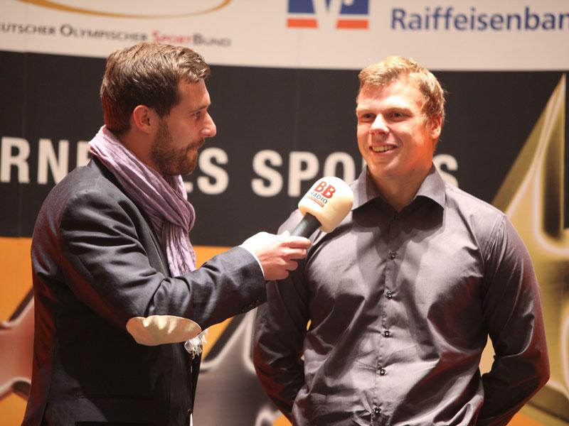"""Wettbewerbspate und Olympiasieger Kurt Kuschela (r.) im Interview mit Robert Förster von BB Radio. (Foto: Genossenschaftsverband)"""""""