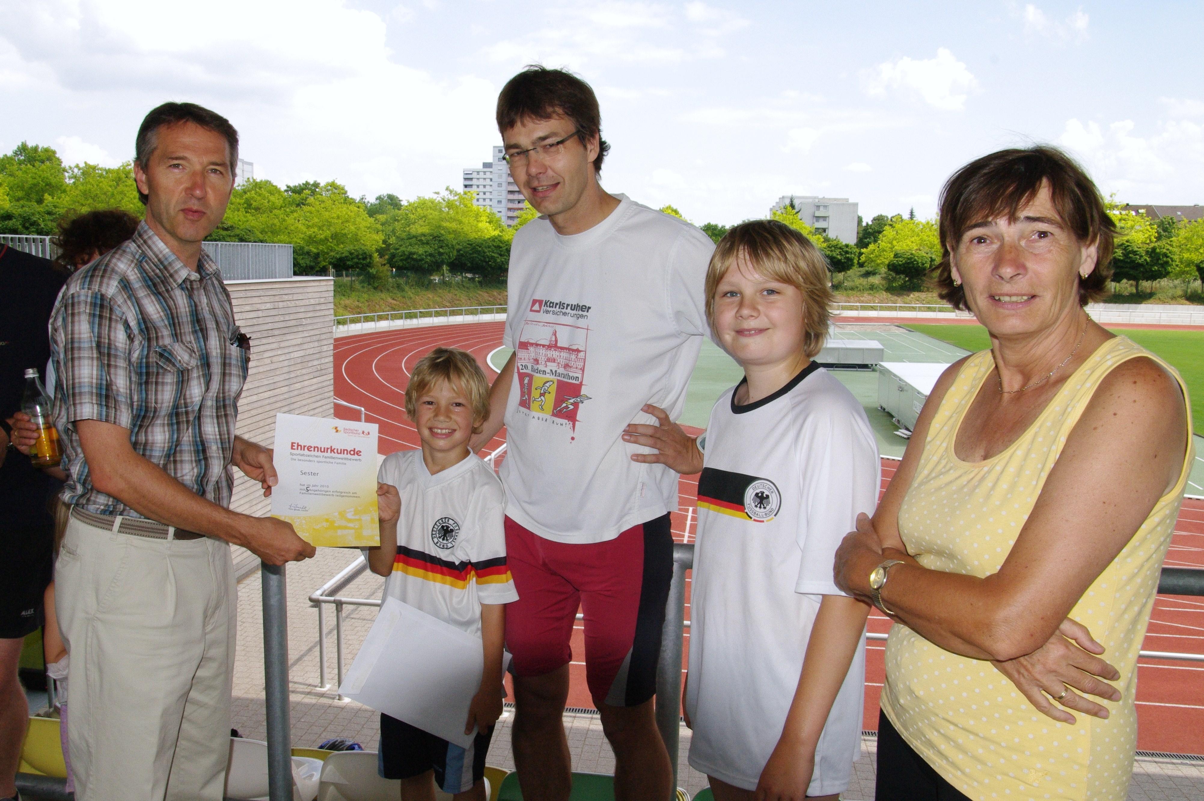 Bürgermeister Martin Lenz überreicht die Ukunden an Familie Sester (Quelle: Schul- und Sportamt Karlsruhe)
