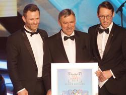 """Ole Bischof (li.) und Andreas Dittmer (v.l.) gratulieren dem Bundestrainer der Kanuten, Reiner Kießler (m.), zur Auszeichnung """"Trainer des Jahres 2016"""". Foto: picture alliance"""